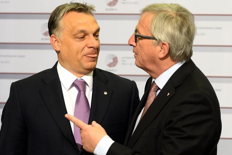 le Premier ministre hongrois Viktor Orban (G) et le président de la Commission européenne Jean-Claude Juncker le 22 mai 2015 à Riga.
