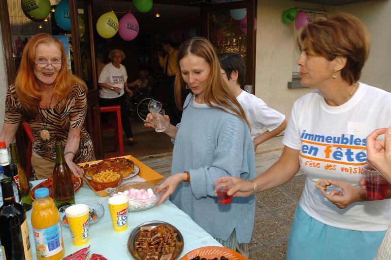 Une fête de voisins à Levallois-Perret, le 25 mai 2004