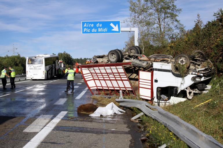 Des gendarmes sur les lieux d'un accident sur l'A64, près de Lourdes, le 18 octobre 2014 (archive).