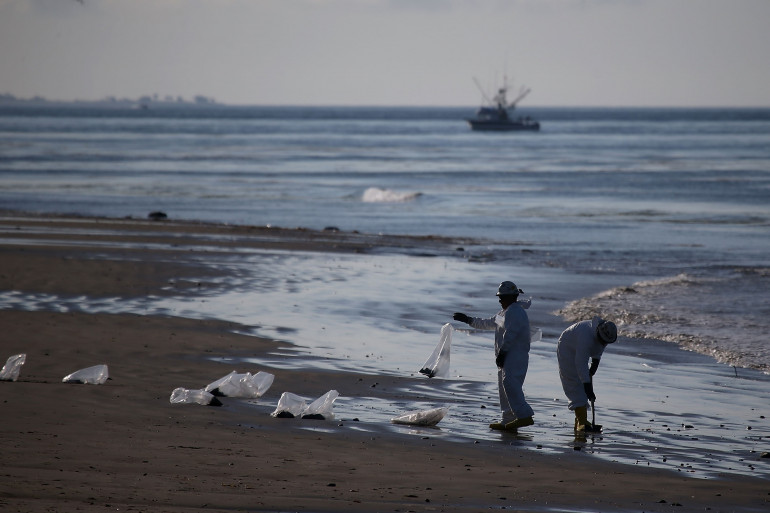 Une plage californienne en cours de nettoyage, en mai 2015