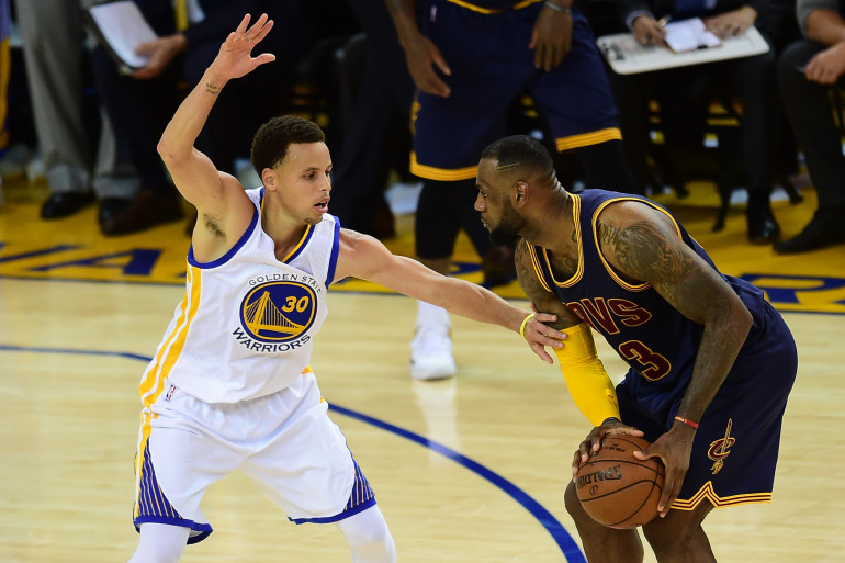 Stephen Curry de Golden State face à LeBron James de Cleveland lors du match numéro 1 de finale de NBA, le 4 juin 2015, à Oakland.