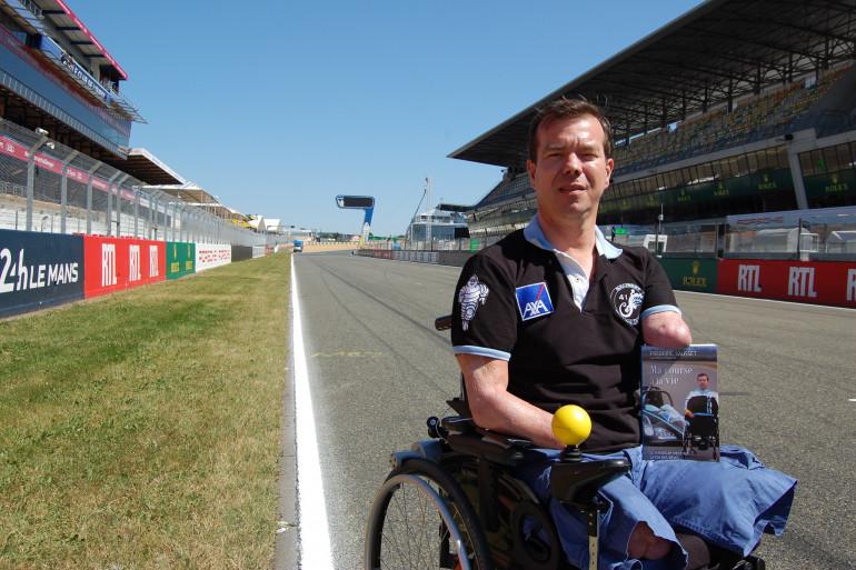 Frédéric Sausset sur la ligne droite des stands du circuit des 24 Heures du Mans