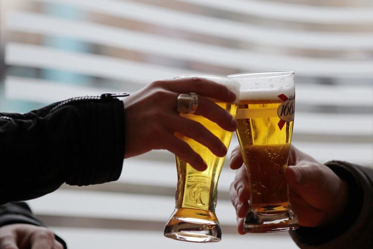 Deux personnes buvant de l'alcool (illustration)