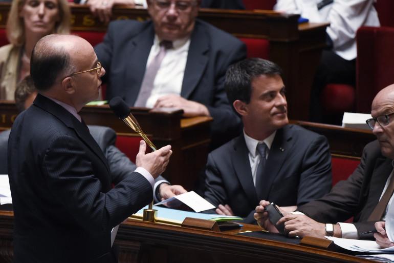 Bernard Cazeneuve et Manuel Valls à l'Assemblée nationale, le 9 juin 2015