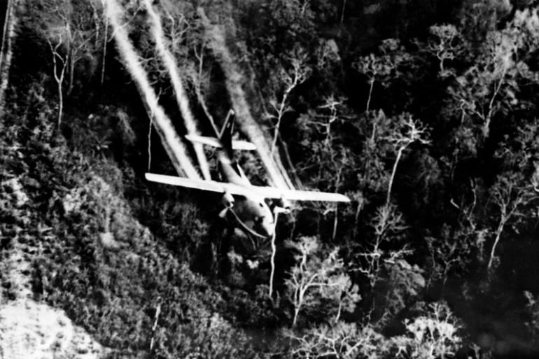Un avion de l'US Air Force disperse l'agent orange sur la forêt vietnamienne en 1967