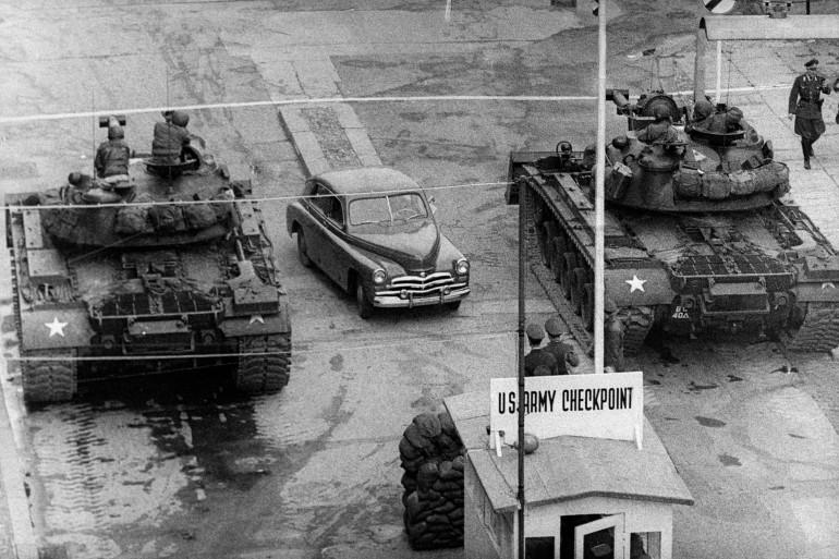 Le checkpoint était installé entre Berlin-Est, tenu par les Soviétiques, et la zone américaine