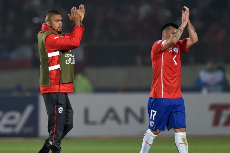 Les Chliens Arturo Vidal et Gary Medel savourent leur victoire face à la Bolivie 5-0