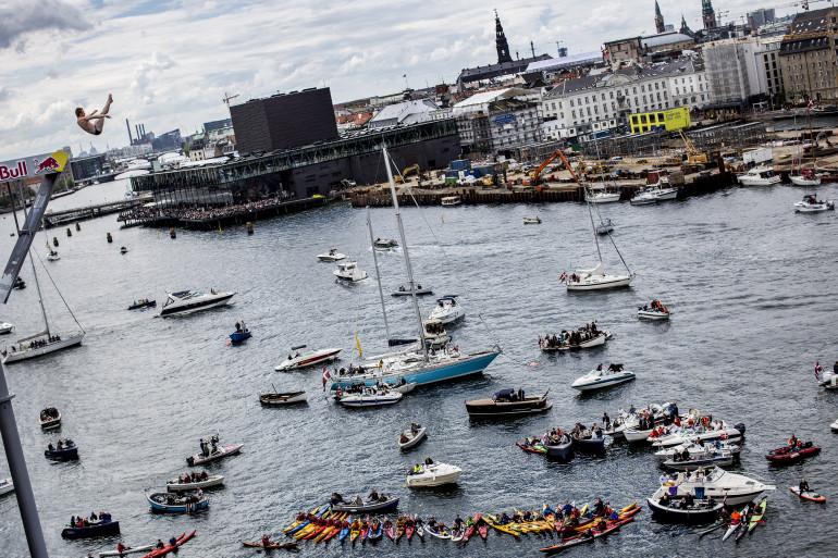 Les plongeurs se sont élancé au-dessus de l'opéra de Copenhague
