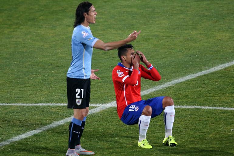 Gonzalo Jara s'écroule sous les yeux d'Edinson Cavani mercredi 24 juin 2015