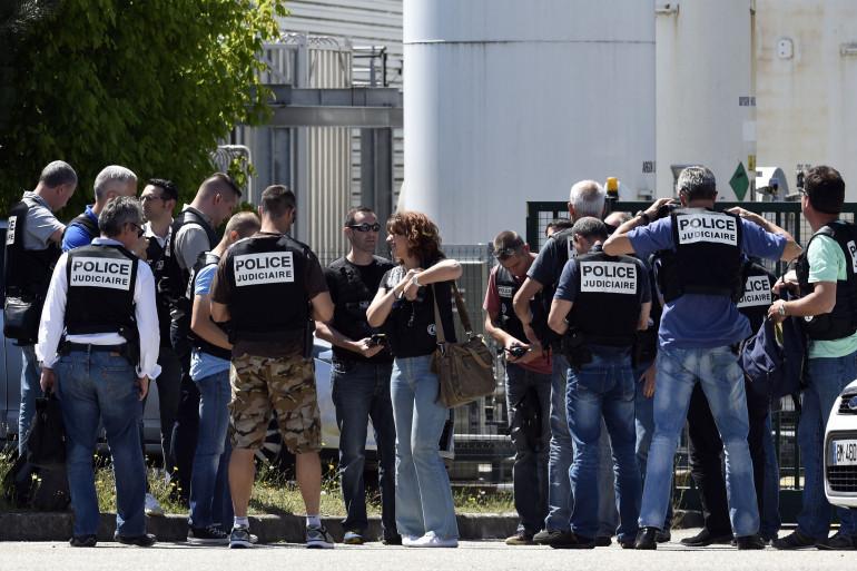 La police judiciaire sécurise l'entrée de l'usine Air Products