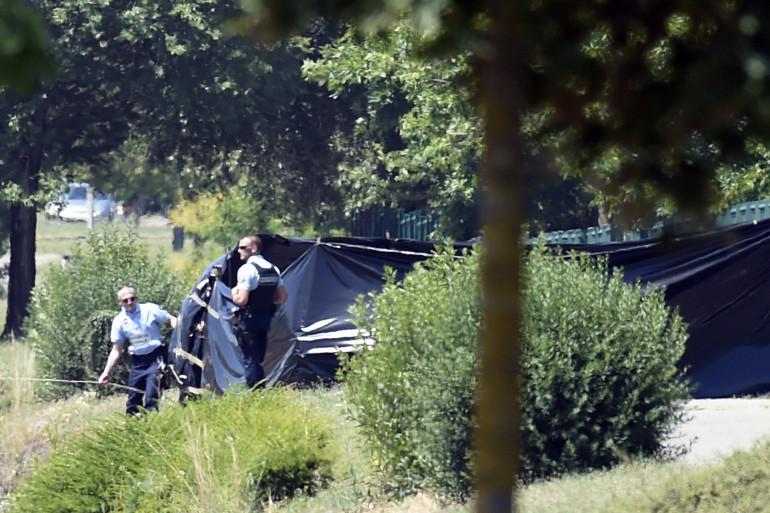 Des bâches dissimulent l'endroit où a été retrouvé le corps décapité