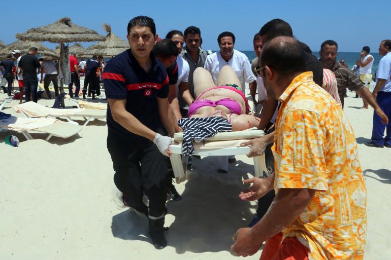 Les secours s'activent à Sousse après l'attentat le 26 juin 2015