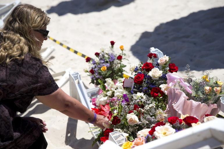 Une femme se recueille sur les lieux de l'attentat perpétré au Nord de Sousse (Tunisie)