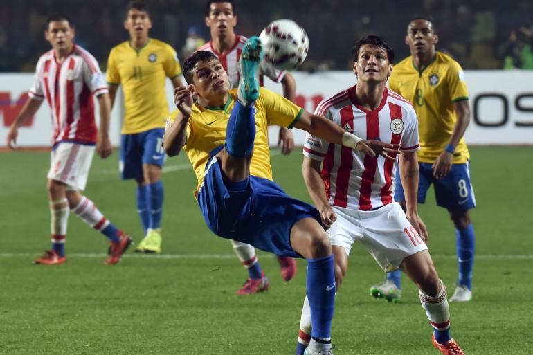 Le défenseur du PSG Thiago Silva dégage son camp en quarts de finale de la Copa America face au Paraguay le 27 juin 2015