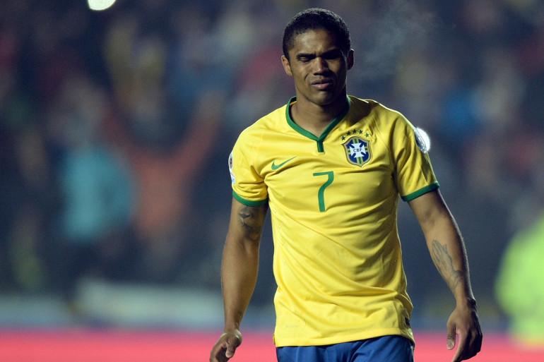 Le milieu de terrain brésilien Douglas Costa après avoir raté son penalty lors de la séance de tir aux buts contre le Paraguay en quarts de finale de la Copa America 2015 au Chili, le 27 Juin, 2015.