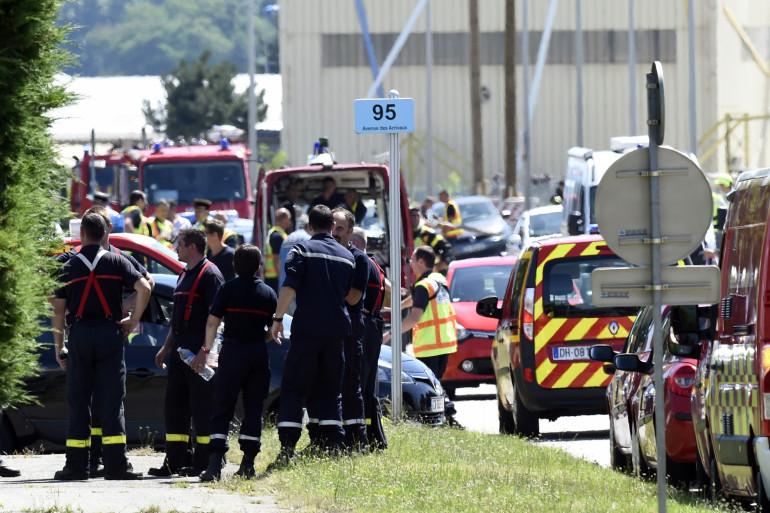 Des pompiers à proximité des lieux de l'attentat à Saint-Quentin-Fallavier (Isère) le 26 juin 2015.
