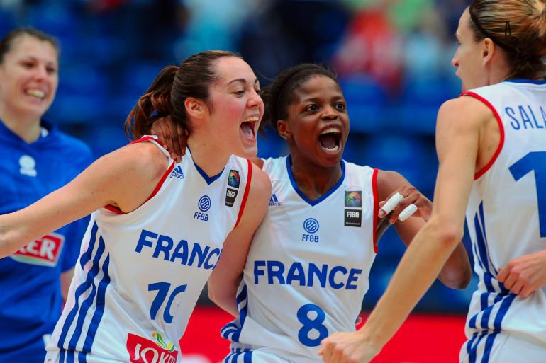 Sarah Michel (10), Olivia Epoupa (8) et Paoline Salagnac lors de France-Espagne à l'Eurobasket féminin, le 26 juin 2015