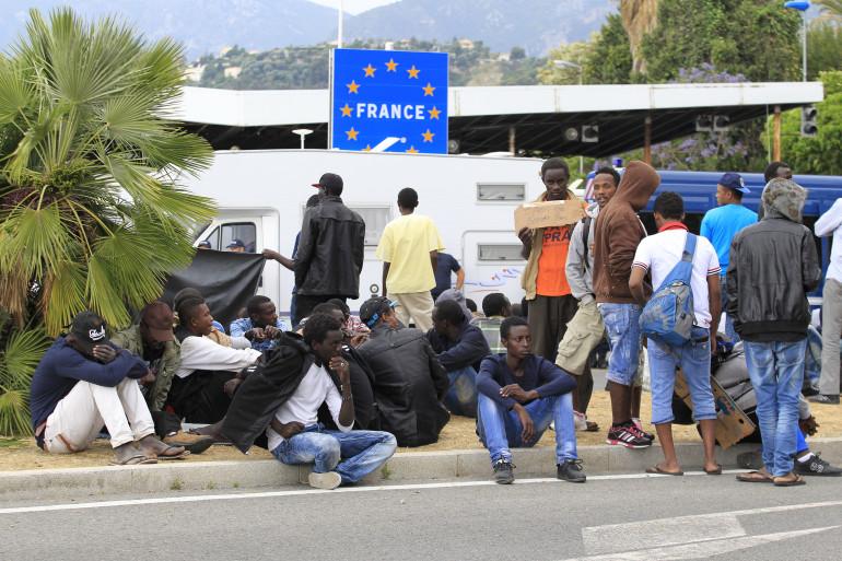 Un groupe de migrants patiente à la frontière franco-italienne