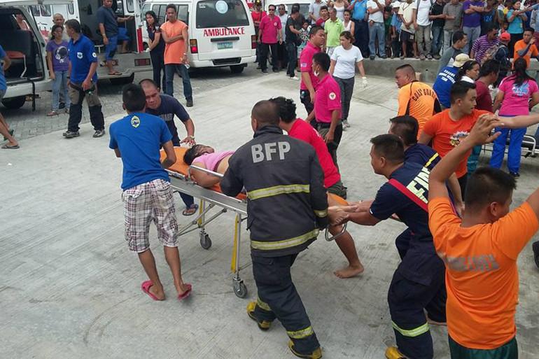 Des secouristes évacuent une survivante du naufrage d'un ferry, le 2 juillet à Orloc (Philippines).