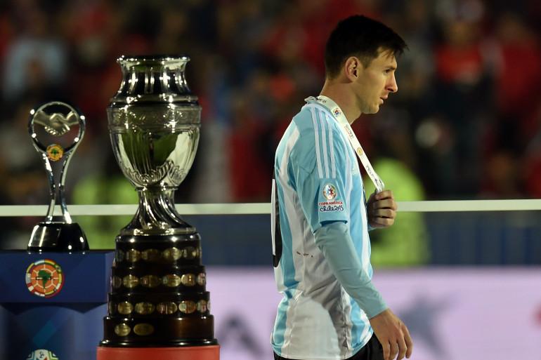 Lionel Messi avait sans doute la tête ailleurs au moment de la remise des médailles
