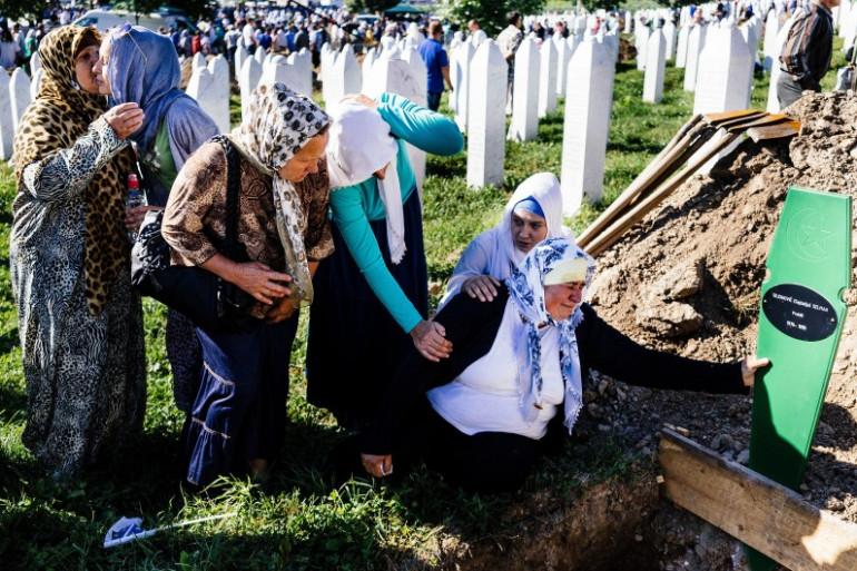 Des femmes bosniaques se rendent sur la tombe d'un de leurs frères, mort à Srebrenica en 1995.