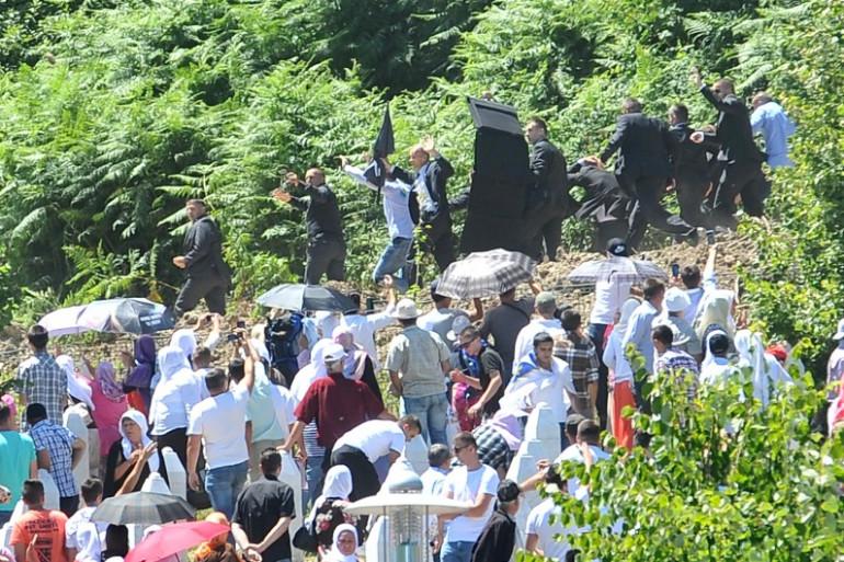 Le Premier ministre serbe Aleksandar Vucic quitte les cérémonies en mémoire du massacre de Srebrenica après avoir reçu des pierres.