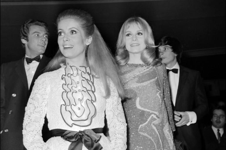 """Catherine Deneuve et Francoise Dorleac à la """"première"""" de la comédie musicale """"Les demoiselles de Rochefort"""" à paris, le 8 mars 1967"""