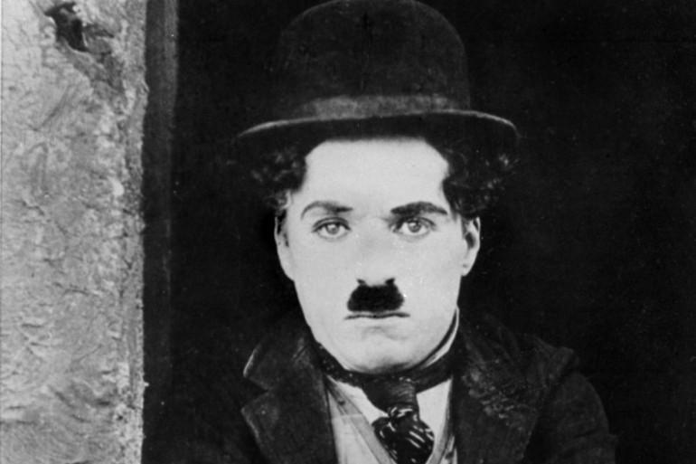 """Charlie Chaplin dans le costume de Charlot dans """"Le Kid"""""""
