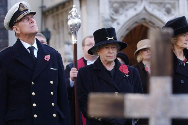 La Reine Elizabeth II et le Duc d'Édimbourg observant une minute de silence le 11 novembre 2004