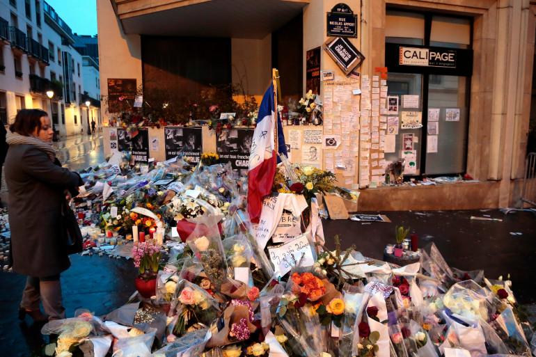 """Devant l'immeuble de """"Charlie Hebdo"""" le 9 janvier 2015."""