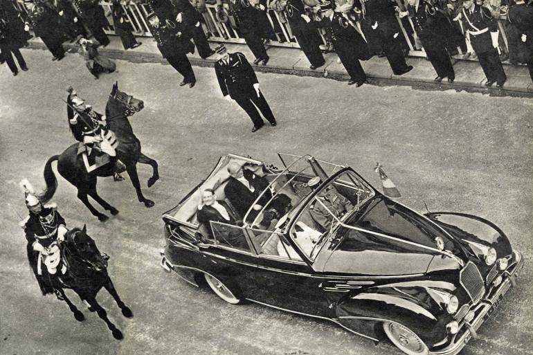 Le président René Coty aux côtés de son prédécesseur Vincent Auriol le 16 janvier 1954