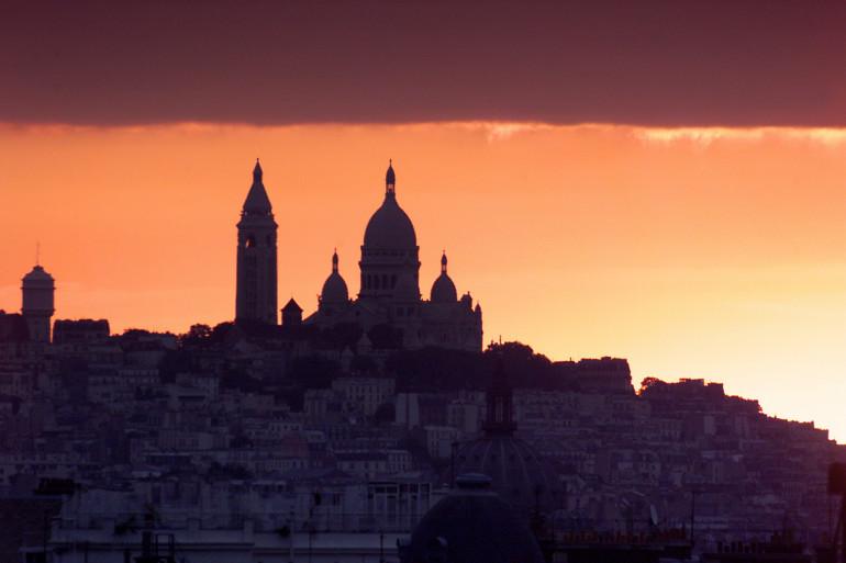 Lever du soleil sur l'église du Sacré-cœur à Paris en 1999