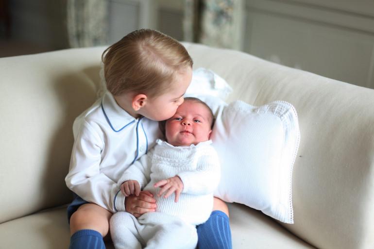 Les premiers clichés officielles du Prince et de sa petite soeur, Charlotte.