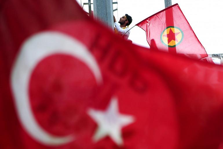 Le drapeau du Parti des travailleurs du Kurdistan derrière celui de la Turquie (illustration)