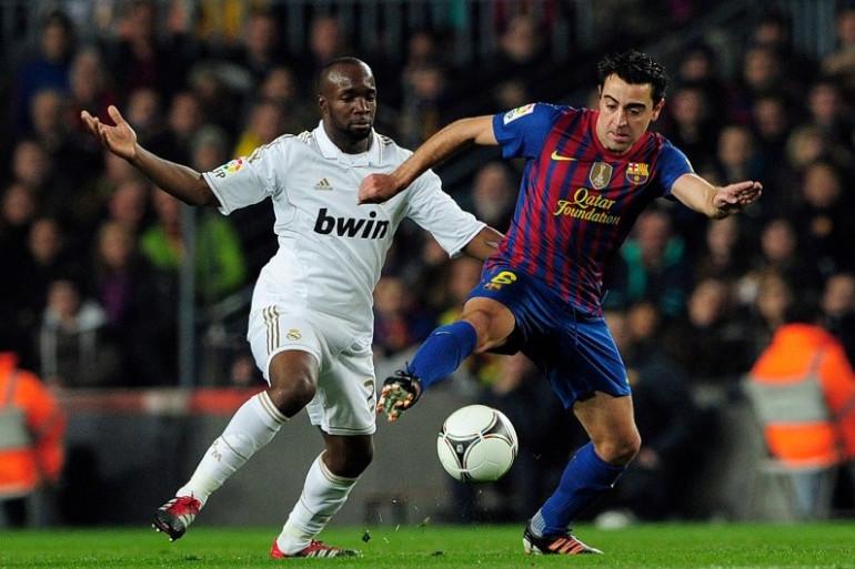 Lassana Diarra au duel avec Xavi lors d'un Real Madrid-Barça, le 25 janvier 2012