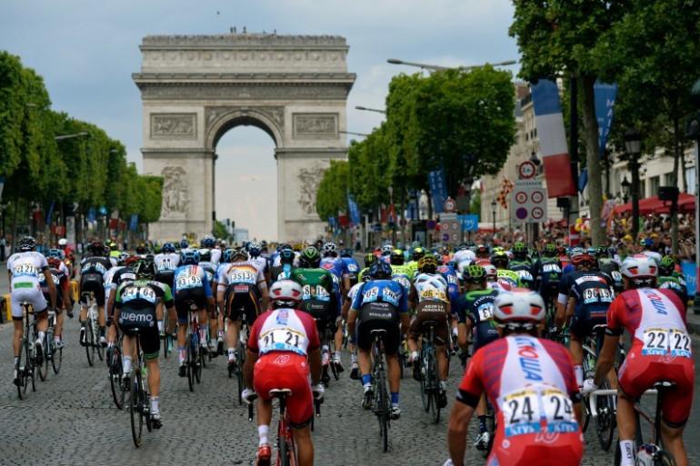 Le Tour de France 2014 face à l'Arc de Triomphe, à Paris le 27 juillet 2014