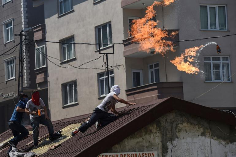 Un manifestant d'extrême gauche lance un cocktail Molotov sur la police, à Istanbul, le 26 juillet 2015