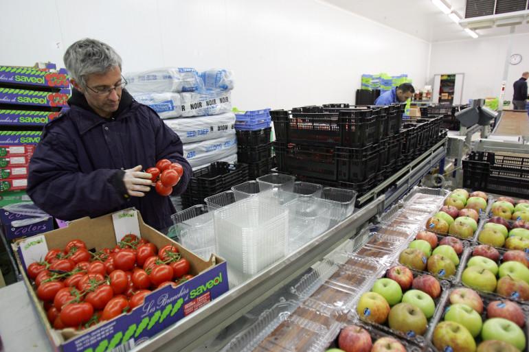 Un employé de Telemarket.fr remplit des barquettes de tomates, le 10 avril 2007 (illustration)