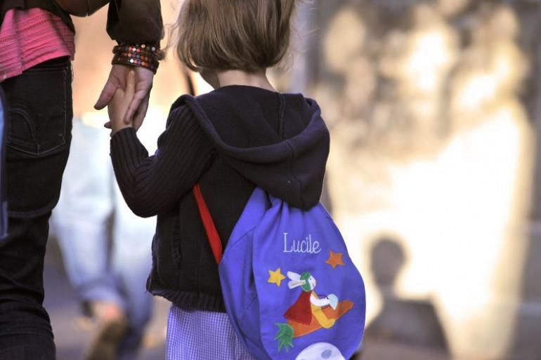 Un enfant sur le chemin de l'école (illustration)