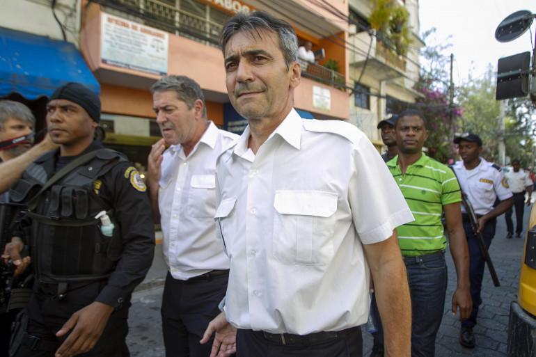 """Pascal Fauret et Bruno Odos, escortés par la police dominicaine, ont piloté le vol """"Air Cocaïne""""."""