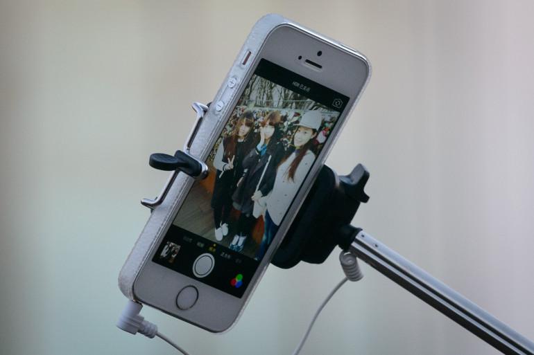 Un smartphone sur une perche à selfies