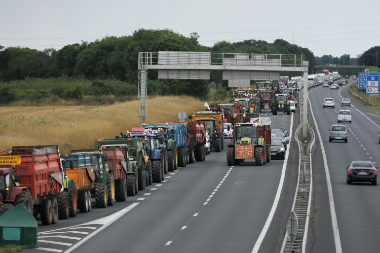 Des tracteurs bloquant une voie d'autoroute à Caen lundi 20 juillet 2015 (Illustration)
