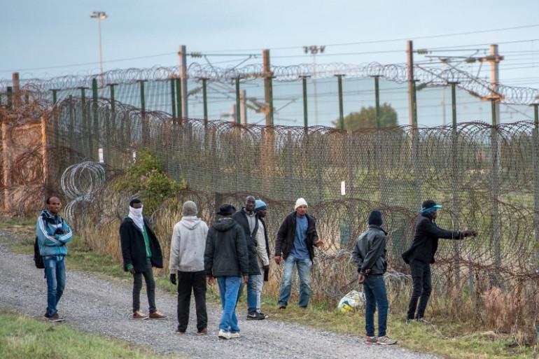 Des migrants tentent de traverser des barbelés pour atteindre le site d'Eurotunnel à Coquelles, près de Calais (illustration)