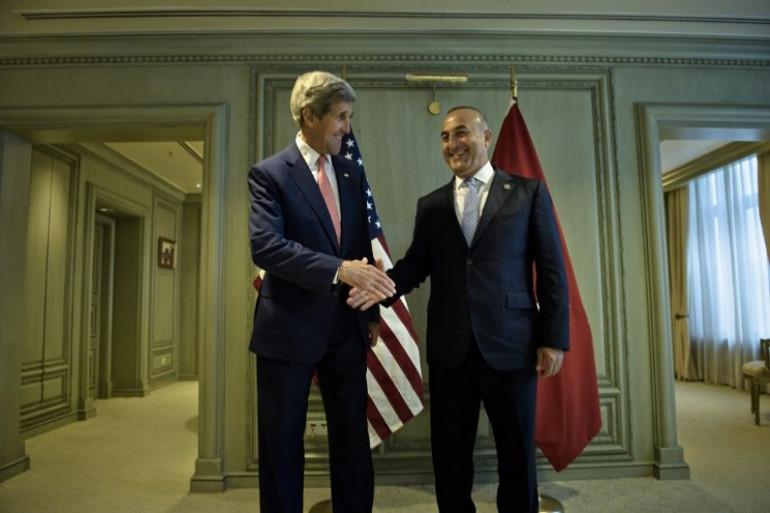 Le secrétaire d'Etat américain John Kerry et le ministre des Affaires étrangères turc Mevlut Cavusoglu, lors d'une rencontre à Kuala Lumpur en Malaisie, le 5 août 2015.