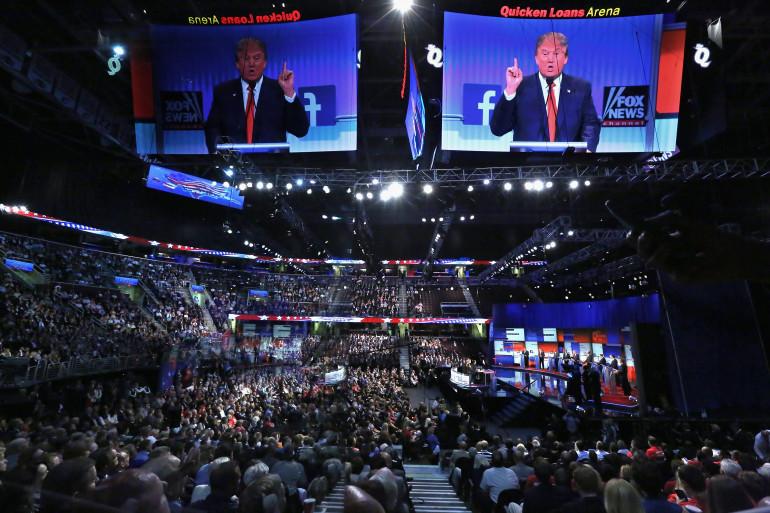 Donald Trump et les candidats républicains lors du premier débat des primaires à Cleveland (Ohio)