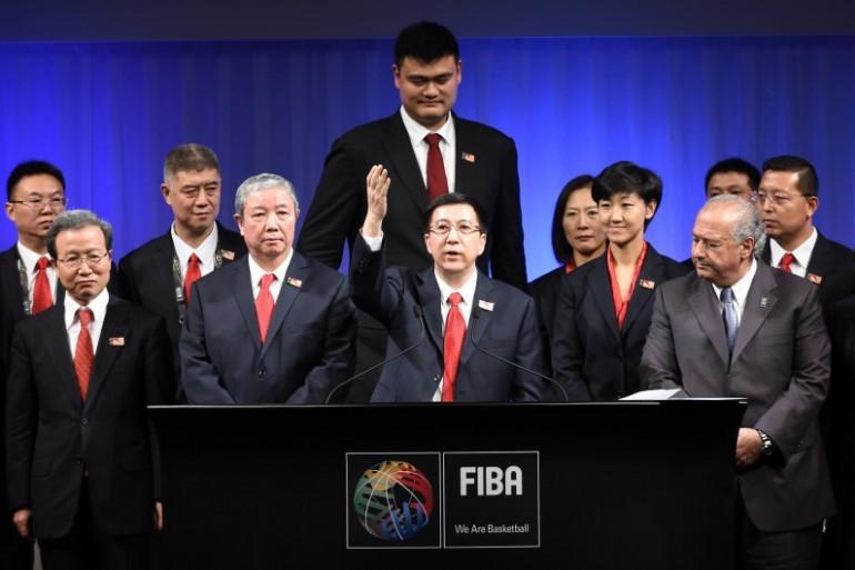 La délégation chinoise devant le basketteur Yao Ming, à Tokyo le 7 août 2015