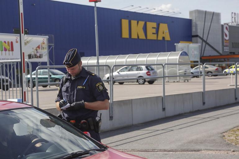 Un policier suédois devant le magasin Ikea de Västeras, en Suède