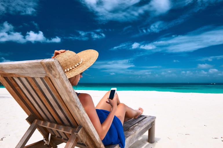 """Le """"burn-out"""" existe aussi en vacances. Pour éviter cela, des médecins recommandent de couper les appareils électroniques"""