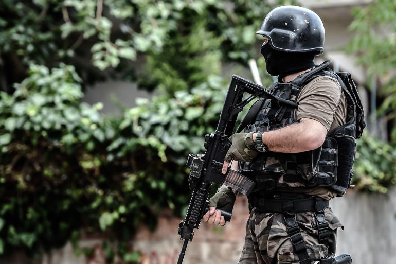 Un policier des forces spéciales turques dans les rues d'Istanbul, le 10 août 2015.