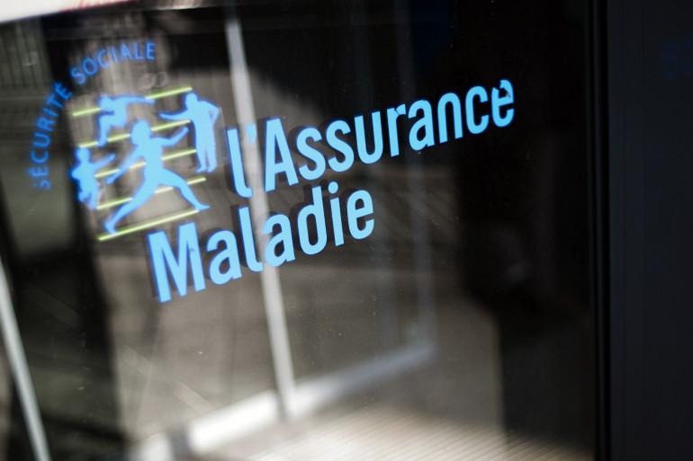 Logo de l'Assurance Maladie devant un bâtiment de la Caisse primaire d'Assurance Maladie en 2012.